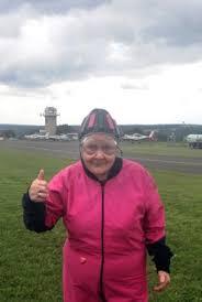 Grauhaarige Königin der Lüfte: 85-Jährige vor ihrem 112. Tandemsprung    Freie Presse