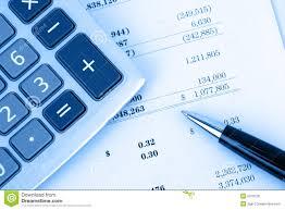 Informe Financiero Calculadora En Informe Financiero Con El Fondo Azul Foto De Archivo