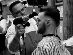 同じ髪の長さでスタイリング剤の種類やセットを変えると印象やイメージ