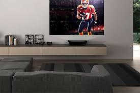 Quando for assistir um filme, sozinho ou com os amigos, um projetor é capaz de reproduzir uma sessão de cinema na parede da sua sala. Revista Home Theater Casa Digital Pagina 67