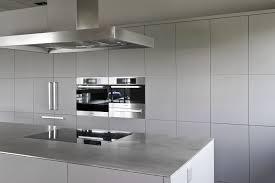 Minimalistische Küche mit Edelstahl Arbeitsplatt matt grau