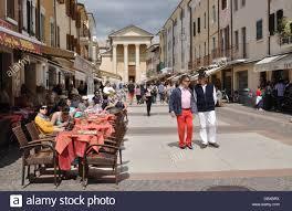 Piazza Giacomo Matteotti in Bardolino am Gardasee Stockfotografie - Alamy