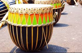 Alat musik ritmis ini bisa dengan mudah kita jumpai di sekitar kita diantaranya adalah kendang, tifa triangle, drum, marakas dan lainya. 17 Contoh Alat Musik Ritmis Pengertian Fungsi Jenis Gambar