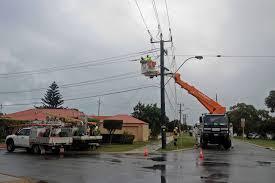 western power crews working in rockingham storm warning adds to wa residents misery abc news australian