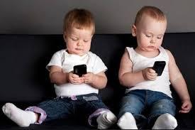 Resultado de imagen de niños con moviles