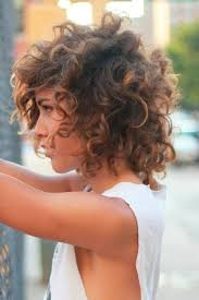 أفضل قصات شعر لأصحاب الشعر الكثيف والوجه البيضاوي شملولة