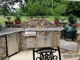 slate and stone outdoor kitchen décor