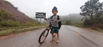 Cậu bé lấm lem đạp xe hàng giờ đi học, lý do em mặc quần cộc ai cũng bất ngờ