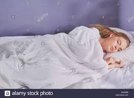 Schöne Mädchen Schläft Im Schlafzimmer Liegend Auf Dem Bett