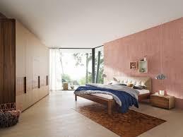 Holzmöbel Und Rosafarbene Wand Im Schlafzimmer Wand