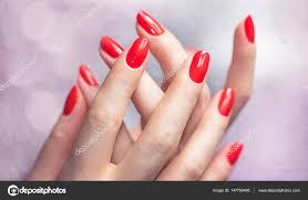 赤いマニキュアで美しい女性の手のクローズ アップ ストック写真