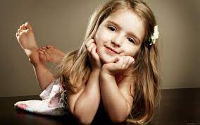 Beautiful little girl who poses ...