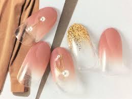 春夏コーデにぴったりキレイ目ピンクのグラデーションネイルデザイン