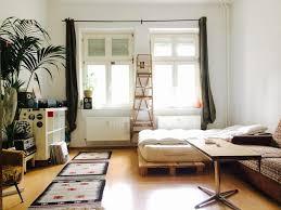 Lichtdurchflutetes Wg Zimmer Mit Möbeln Im Vintage Wg