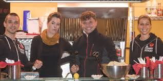 stephan mit seinem team von der bruzzelhütte sorgte für das comedy menü aus currywurst und pommes foto zv