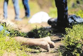 Resultado de imagem para pais carregando filhos mortos por balas perdidas