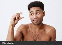 面白い浅黒い肌の男性のアフロの髪型と裸の体を手で気配がほとんどない