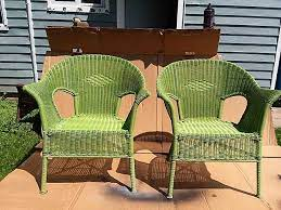 how to spray paint resin wicker chairs