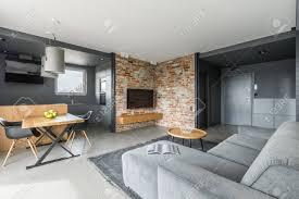 Grijs En Wit Appartement In Industriële Stijl Met Open Woonkamer En Kookhoek