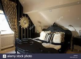 Zeitgenössischen Stil Schwarz Bett Mit Kunstpelz Kissen Im Loft