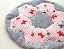 Scrapbusting: Hexie Hotpad | My Poppet Makes & DIY hexagon quilted hot pad instructions Adamdwight.com