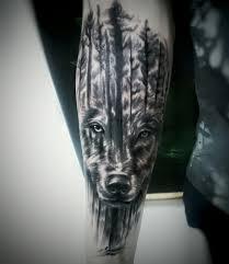 татуировка на предплечье у парня волк и деревья фото рисунки