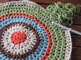 I've crocheted a special gift for a special friend: a round rug. I  crocheted it in hdc using double yarn cotton and a crochet hook.
