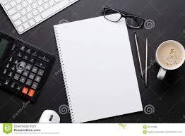 Tavola della scrivania con il pc blocco note vetri caffè