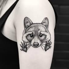 татуировка енота на плече девушки фото рисунки эскизы