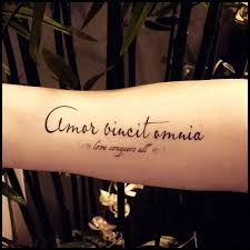Lamour Vainc Tout Tatouage Citation Tatouage Temporaire Faux Tatouage Tatouage Latin