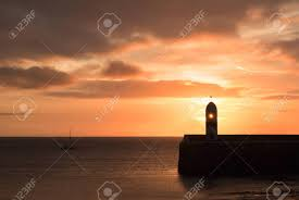 Silhouet Van De Vuurtoren Op Golfbreker Muur Met Kalme Zee Tijdens