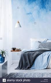 Blaue Und Graue Decke Auf Dem Bett Gegen Ombre Wand Im Schlafzimmer