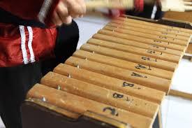 Triangle merupakan alat musik yang cukup sederhana, berbentuk segitiga yang terbuat dari logam dan termasuk kedalam alat musik perkusi karena dimainakan dengan cara dipukul menggunakan stik. 99 Alat Musik Pukul Beserta Gambar Dan Penjelasanya Terlengkap