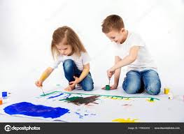 2 つのかわいい子友達の男の子と女の子が塗料で絵を描く ストック写真