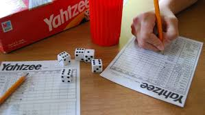En general, los juegos tradicionales no emplean objetos demasiado especiales (una pelota o un pañuelo por lo común son suficientes), y se basan en una serie de reglas relativamente. Cinco Juegos De Dados Para Jugar En Familia