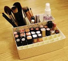 Makeup holder from cereal and oatmeal boxes. This incredibly simple  organizer for makeup is made