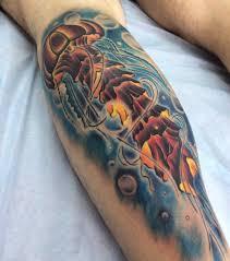фото татуировки медузы в стиле нью скул на голени мужчины фото