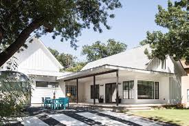 arbib hughey design have completed a new contemporary house in austin texas that has an open front porch and patio area at the top of the driveway