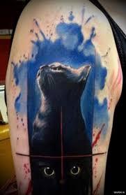 красивая тату с черной кошкой мужская татуировка на плече