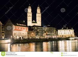 Città di zurigo alla notte in svizzera fotografia stock immagine