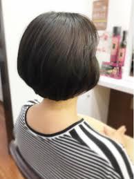 梅雨の時期でうねる髪の毛をショートボブにすっきりカット 少し