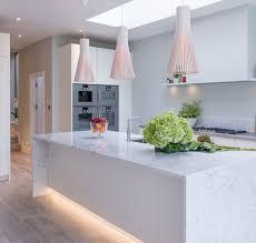 sockelblende küche led leiste weisse küche marmor optik