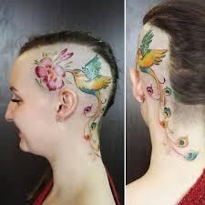 татуировка на голове у девушки колибри и цветок фото рисунки