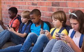 Resultado de imagem para criança e celulares