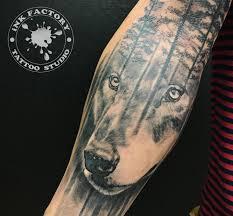 волк на руке сделано в Inkfactory
