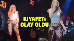 Şarkıcı Gülşen'in Alaçatı'da konserinde giydiği siyah iç çamaşırı ve tülden  oluşan kıyafeti sosyal medyayı salladı