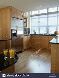 Hölzernen Bodenbelag Und Edelstahl Amerikanischer Kühlschrank In Modernen  Küche
