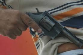 Resultado de imagem para bandido armado de revólver