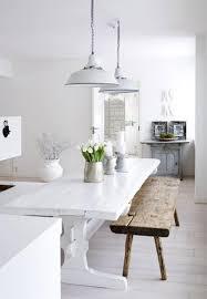 Witte Hanglampen Boven De Eettafel In Een Witte Eetkamer Witte