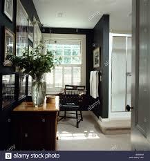 Antike Kommode Stuhl In Schwarz Badezimmer Mit Dusche Und Weißen